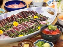 【カツオ会席】鰹のタタキは大皿で!〆の鰹茶漬けまで楽しんでください♪※写真の大皿は5人前です。
