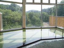 *白川湖を望む大浴場です、天然温泉につかって疲れを癒しましょう。