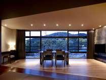 全面ガラス張りの窓から宇治川と京都の季節の風景を楽しめる ラグジュアリーツインルーム【BOTAN】