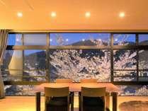 美しい宇治川の流れや桜を眺めながらごゆるりとご寛ぎ下さい。※特別室BOTANからの景色一例