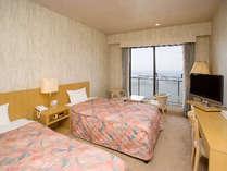 眼下に広がる大海原の絶景を!洋室ツインのお部屋です。
