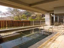 展望露天風呂には、岩風呂・御影石風呂と趣が違う2タイプがあります。(ご利用は日によってかわります。)