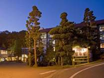 夜になると、当館を包む明かりによって昼間とはまた違った雰囲気に。
