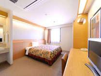 シングルルーム:洗面化粧台は、バス・トイレと別々に設置され便利!