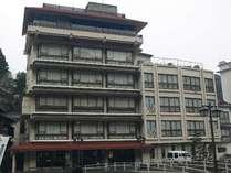 音信川の河畔に佇む旅館「六角堂」。公衆浴場「恩湯」まで徒歩10秒と長門湯本の町歩きに便利な宿。