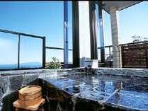 窓を開ければ開放的な空間。伊豆の景色をお楽しみください。本館「雅」