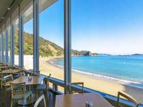 海を一望するレストラン