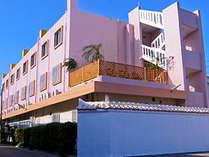 ピンクの建物が目印です
