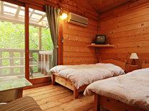 【ツイン】ログならではのあたたかみのあるツインベッドのお部屋です。