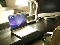 PC環境もバッチリ!広い机と明るいスタンドで仕事の効率も上がる! イメージ