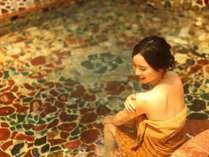 女神の湯・めのう風呂では輝きに包まれて美肌の湯を堪能出来ます