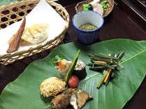 *夕食一例/大きな葉を器に見たてて…里山ならではのおもてなしでお客様をお迎えします!