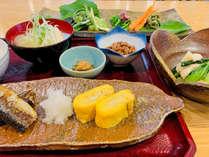 *【朝食一例】手作りの玉子焼きや地場の山菜など彩り豊かな和朝食。