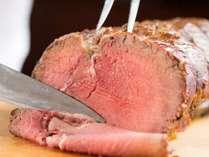 大人気の夕食バイキングで切りたてのローストビーフを特製ソースで食べ放題