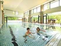 室内プールでリゾート満喫