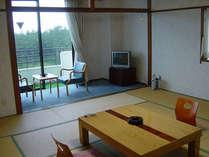 *窓からの波音・潮風が心地良く、松林を望む静かな和室。(客室一例)