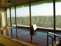 *白子温泉・展望風呂。地下2,000mの天然ガスと一緒に上がってくる灌水を温泉として利用しています!