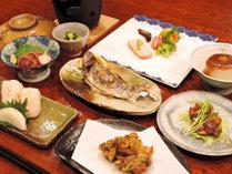 【当館人気の2食付】山里ならではの地産の素材を使った自慢の料理が並びます♪