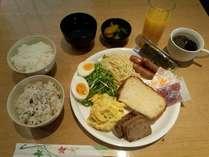 朝食は無料でセルフサービスとなっております。4月からじゃこ天の提供も始めました!