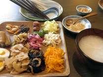 【朝食】台湾粥や煮物などのお惣菜を中心としたワンプレート料理をご用意