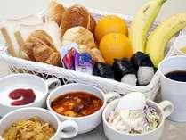 無料朝食サービス■パン、おにぎり、サラダ、フルーツ、シリアル、ヨーグルトなど