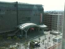 博多駅の目の前に位置し、客室から見ることができます