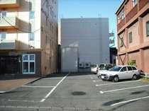 ホテル横駐車場、車高が高くても安心です、第2第3駐車場もございます