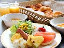 【朝食バイキング】洋食派の方には焼き立てクロワッサンにウィンナーやスクランブルエッグ♪