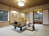 『月見亭』一般客室イメージ12畳角部屋タイプ。窓から眺める渓谷美に癒されて