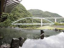 渓流に佇む男性露天風呂~「楽四季湯」