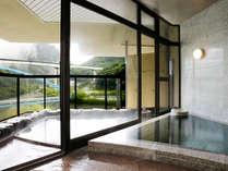 『花見亭』特別室の内湯&露天風呂。川治の名湯が贅沢に注ぎ続く人気の客室(禁煙)