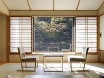 『花見亭』窓から山々と渓谷を臨む渓谷側の客室(禁煙)