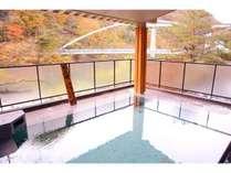 露天風呂は2つの浴槽があり、ひとつは源泉かけ流しの湯船で川治のぬる湯が堪能できる
