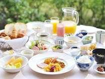 *【朝食・バイキング(一例)】庭園に面したレストランで、50種以上のバイキング朝食♪
