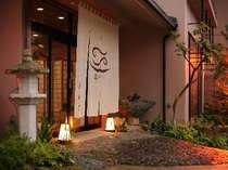 寿海亭の玄関は、大きな暖簾をくぐって。いらっしゃいませ。ようこそ。