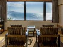 【最上階客室「天海」】刻一刻と変わりゆく日本海の絶景を望み、ゆったりとお過ごしください。