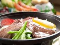 土佐窪川和牛と季節の野菜添え 陶板 土佐和牛の旨味を堪能してください。