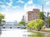 当ホテル目の前に川があり、繁華街にも徒歩5分圏内でございます。