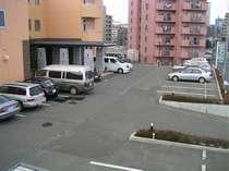 【駐車場】出し入れ自由!チェックイン日の午前9時からチェックアウト日の午後6時まで33時間駐車可能!