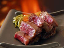 お口でとろける黒毛和牛、卓上で焼き上げます。自家製醤油タレと岩塩黒胡椒でどうぞ