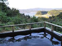 *露天風呂から奥浜名湖のすばらしい景観を眺めながら、開放的な気分で旅の疲れを癒していただけます。