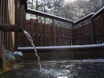 冬の露天風呂(男)、滔々と溢れ出る源泉100%の掛け流し湯