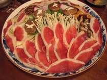 自慢の合鴨鍋(4人前)。きのこや山菜をふんだんに使った13種類の味のハーモニー。