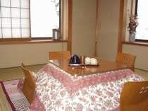 冬の和室。窓からスッポリ雪景色。中は床暖とコタツでほんわかと。