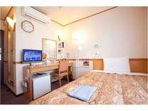 シングルルーム ベッド幅140cmの広めのセミダブルベッドです。