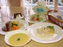 自家栽培の野菜などを使った和洋風のオナー手作りのお食事をお楽しみください。(季節により変わります。)