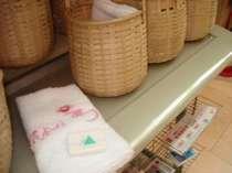 「花ゆづき」のロゴ入りタオルと湯かごを貸出しております♪