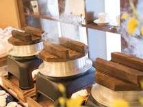 大きい釜で炊き上げる釜飯は旨味が詰まっております。ダイニング食プランの場合は食べ放題です。