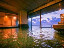 """日本海に沈みゆく""""夕陽""""に染まるお湯の中で身体を伸ばす。ふっと力が抜け""""心地よさ""""が全身に染み渡る"""
