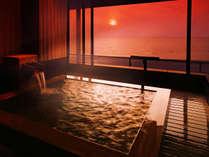 水平線に沈みゆく夕陽、茜色に染まる空と日本海――天然温泉と絶景に心も身体も癒される休日